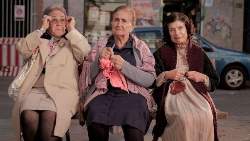 Resultat d'imatges de ancianas banco sentadas